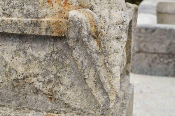 détails de la pierre calcaire des pots à feu