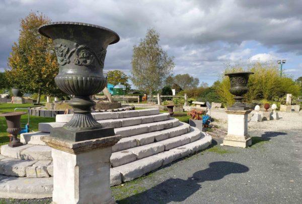 deux stèles avec vases