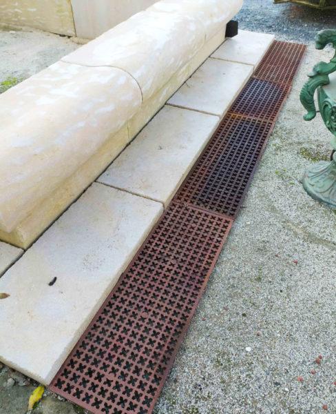 grille en fonte devant un bassin
