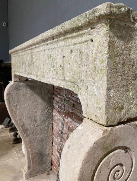 sculptures décoratives de la vieille cheminée