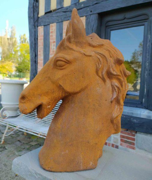 statue de réédition en forme de tête de cheval