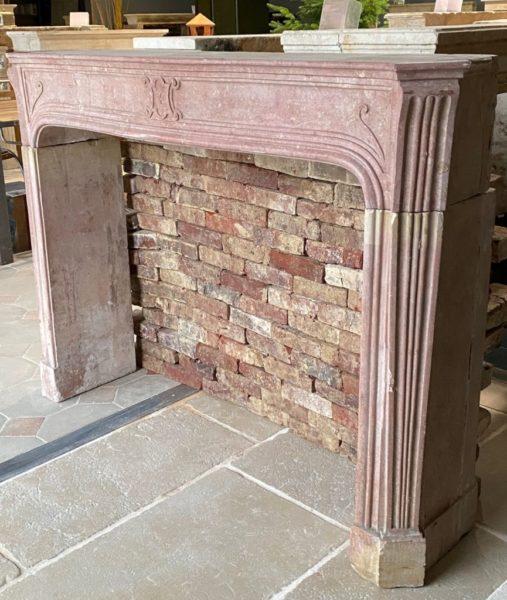 cheminée ancienne de couleur rose