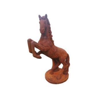 statue d'un cheval cabré en fonte