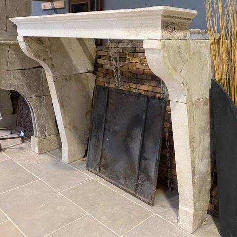 vue des cotes de la cheminée en pierre campagnarde