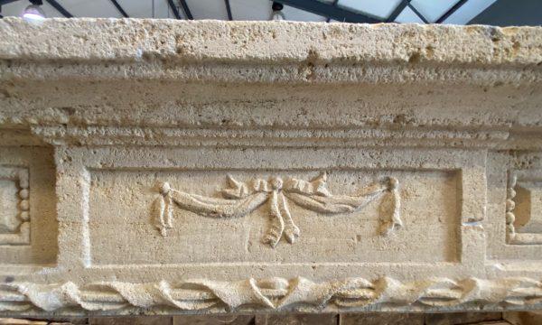 Détails des sculptures du linteau
