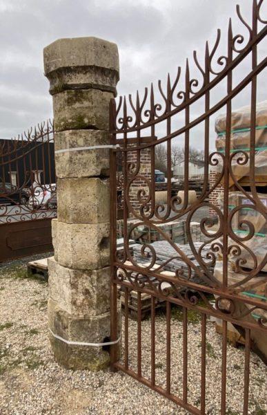 Pilier avec un portail ancien
