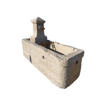 Grande fontaine ancienne en pierre de récupération
