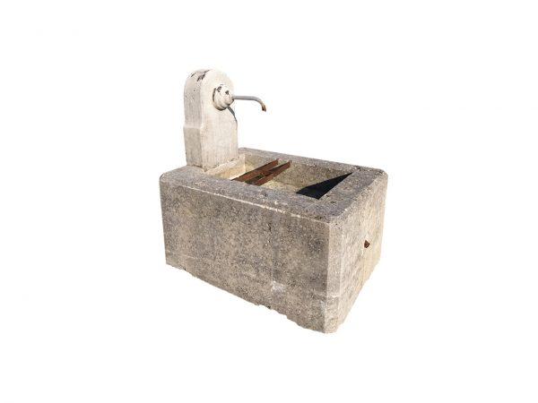 Petite fontaine ancienne de récupération