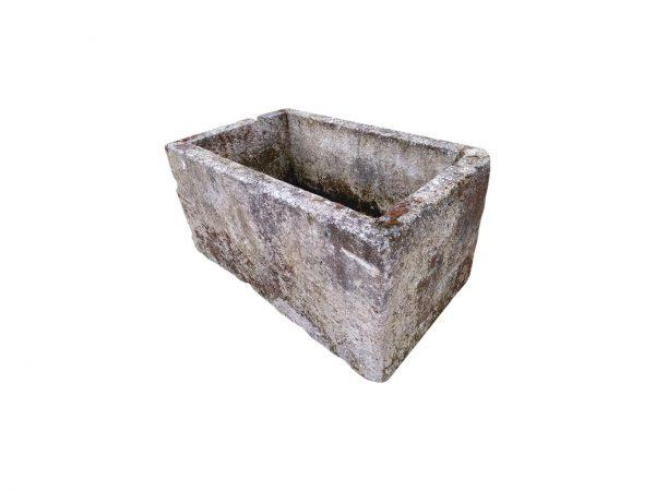 Abreuvoir ancien en pierre calcaire