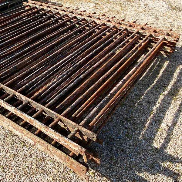 Lot de grilles anciennes avec des barreaux rond
