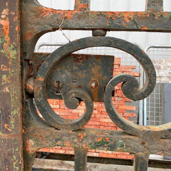 volutes décoratives du portail