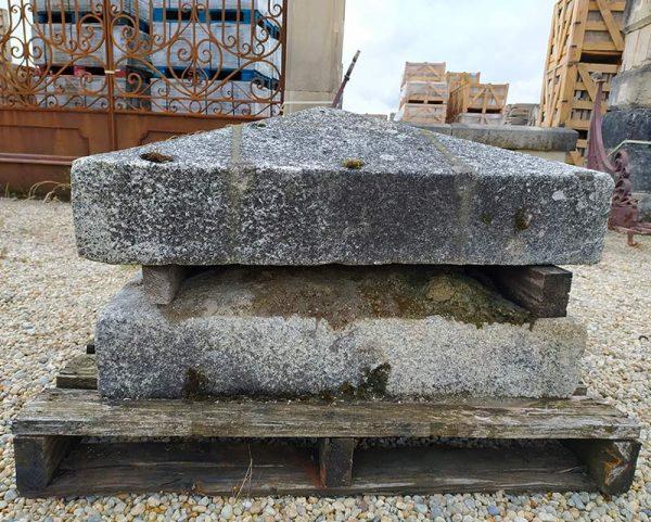 Ancienne tête de piliers en granit