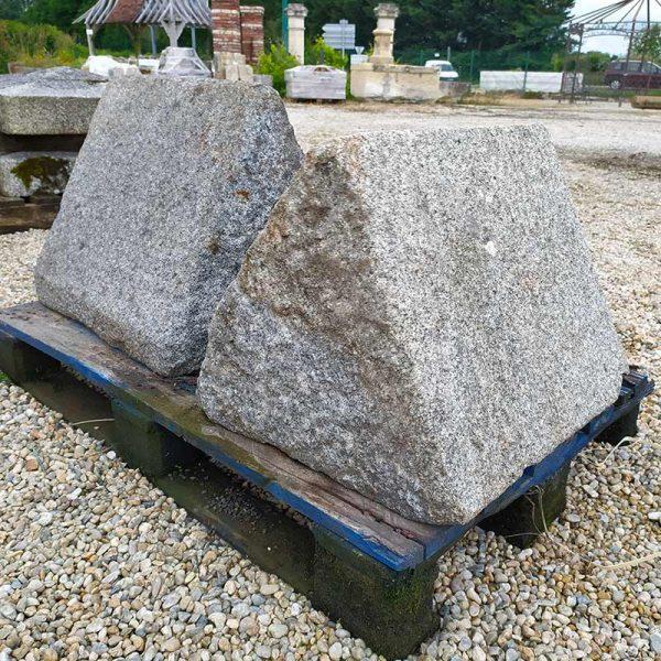 Paire de têtes de piliers en triangle