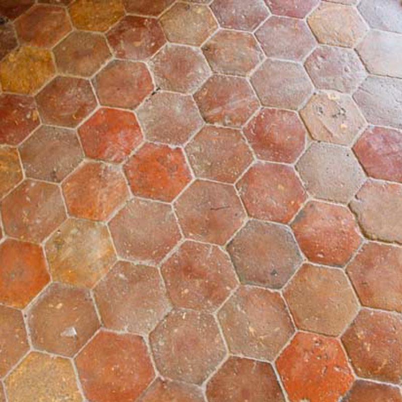 Sol ancien en terre cuite hexagonales