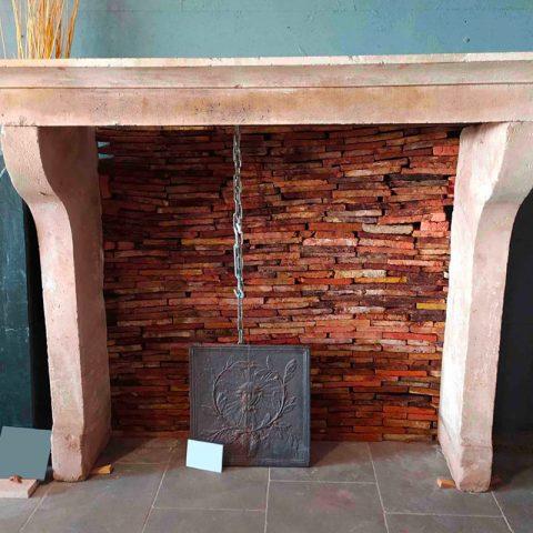 Brique à sec au fond de la cheminée