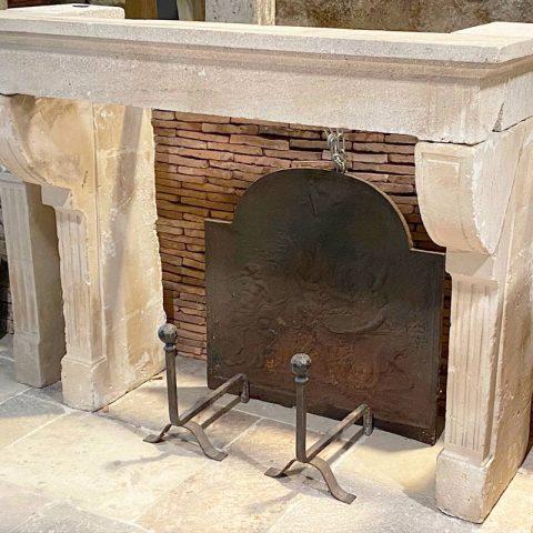 Cheminée ancienne avec des brique de fond