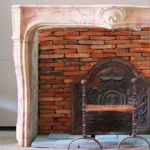 Intérieur du foyer avec des briques