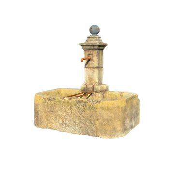 fontaine ancienne avec sphere noir